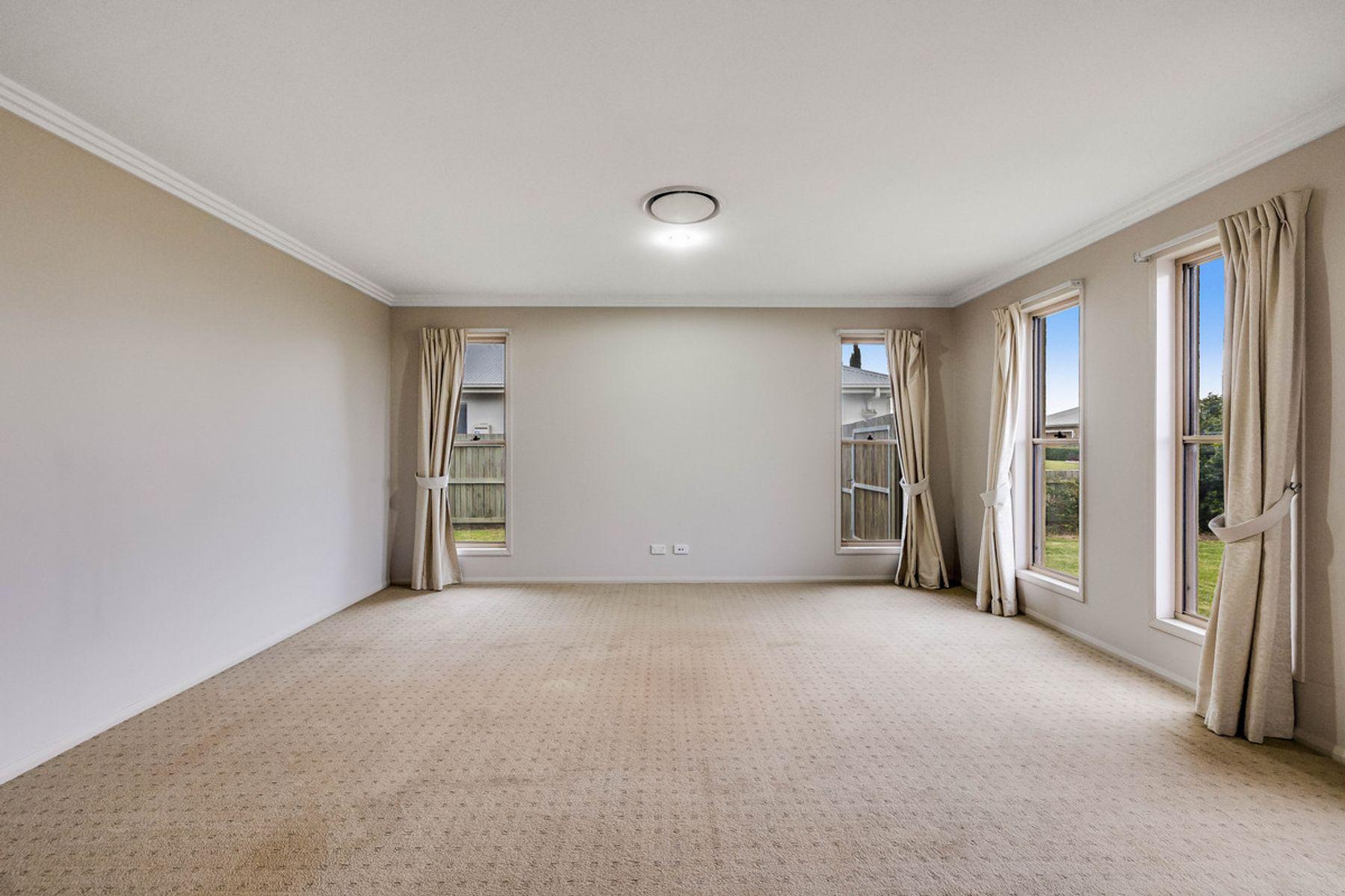 9 Meares Street, Kearneys Spring, QLD 4350