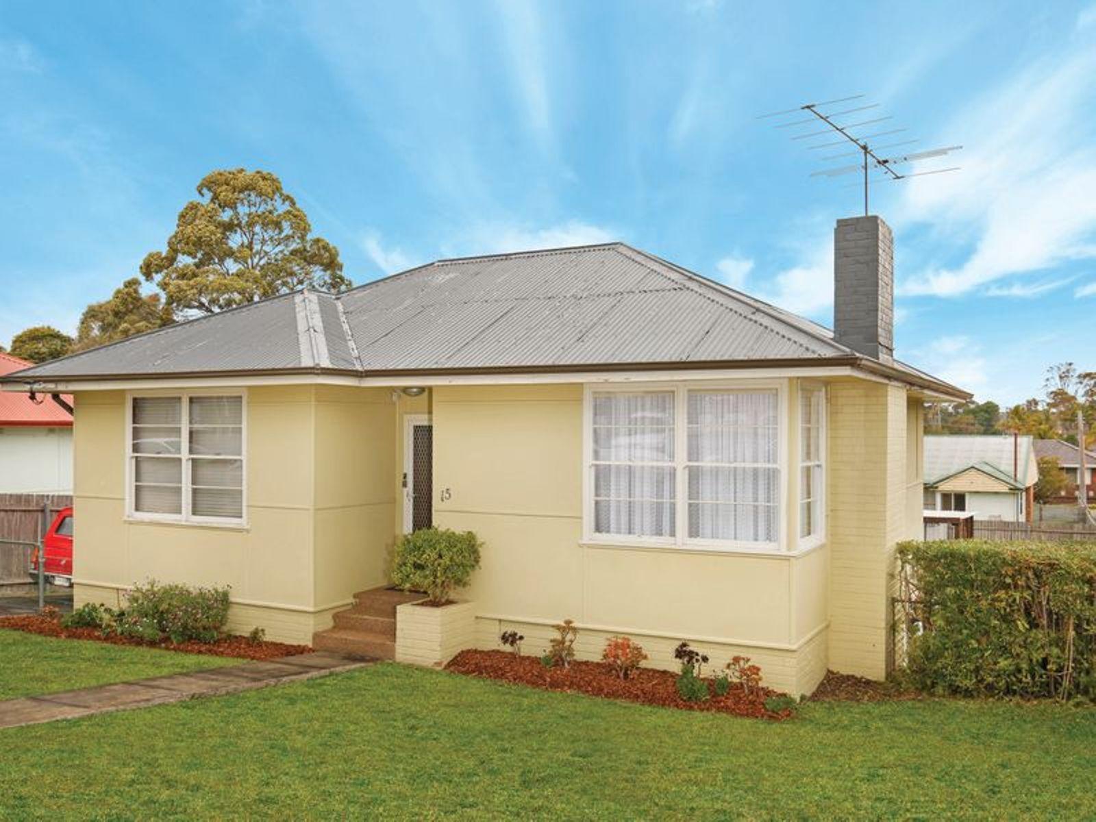 15 Carr Parade, Unanderra, NSW 2526